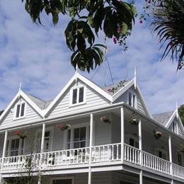 Auckland Birdwood House B&B, in the nearby from Waiake Beach