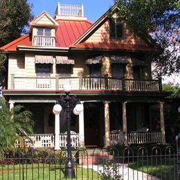 Larelle House Bed & Breakfast, in the nearby from TREASURE ISLAND - 103RD AVE