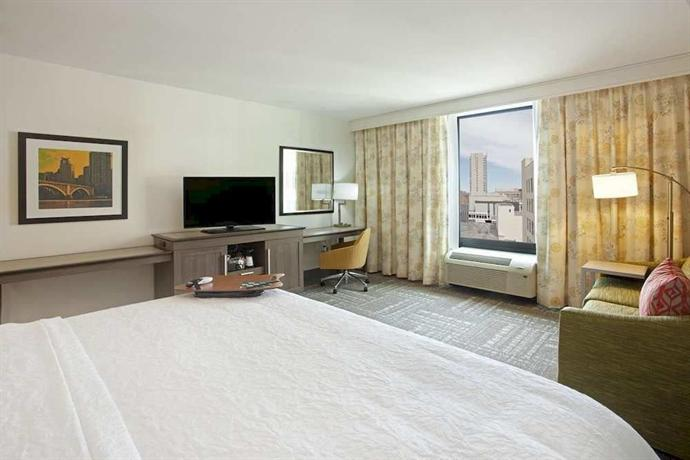 Hampton Inn & Suites - Minneapolis Downtown